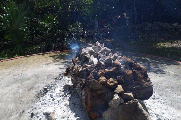 Pedras sendo aquecidas em fogueira para o ritual