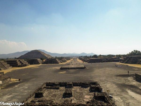 Vista da Avenida de los Muertos do topo da Pirâmide da Lua. À esquerda, a pirâmide do Sol